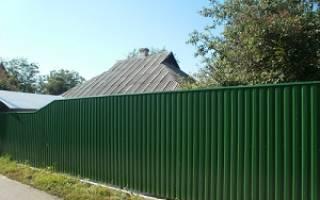 Как правильно построить забор из профнастила на даче своими руками?