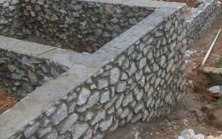 Как сделать фундамент для дома из камня своими руками?