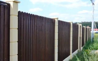 Как крепить к бетонному столбу забор?