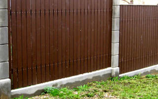Как правильно залить фундамент под забор если участок под уклон?