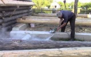 Как положить первый венец бани из бревна на фундамент?