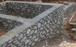 Можно ли кидать камни в бетон при заливке фундамента?