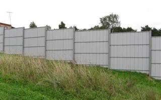 Как построить забор из профлиста своими руками на неровном участке?