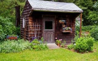 На каком расстоянии от забора можно строить сарай на даче