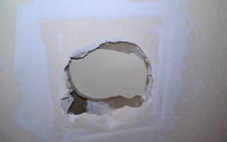 Как заделать дырку в гипсокартоне на стене с обоями?