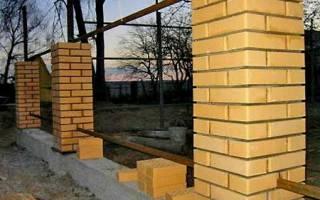 Как правильно залить фундамент под забор с кирпичными столбами?