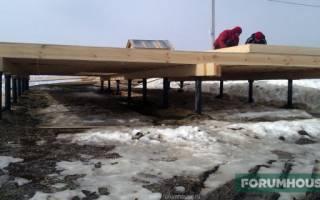 Как правильно укладывать брус при строительстве дома на винтовом фундаменте?