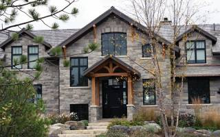 Фасад дома из камня искусственного камня