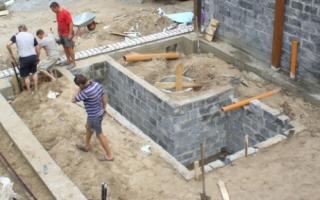 Какой глубины должен быть фундамент под гараж из пеноблоков?