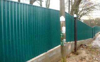 Как сделать забор из профнастила своими руками на наклонном участке?