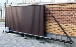 Забор из профнастила с откатными воротами и калиткой из профнастила
